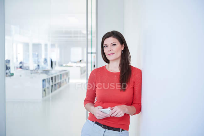 Portrait de femme d'affaires au bureau — Photo de stock
