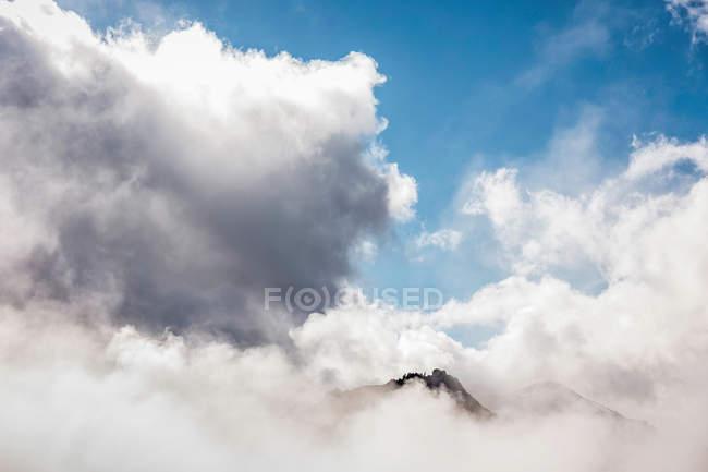 Picco di montagna in nuvole — Foto stock