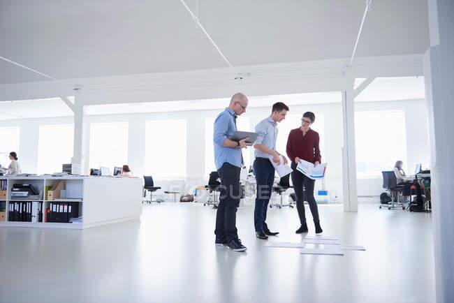 Chers collègues travaillant dans un bureau décloisonné — Photo de stock