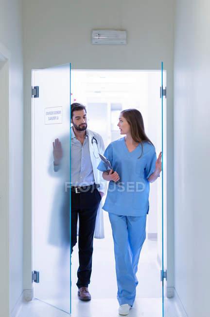 Médicos caminhando no corredor hospitalar — Fotografia de Stock