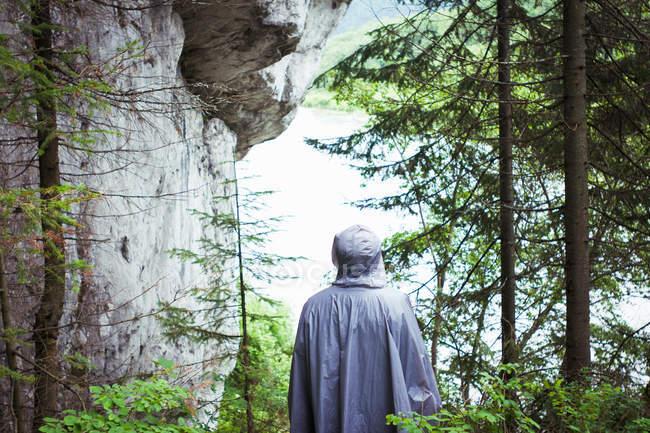 Человек в плащ, реки Койва, — стоковое фото