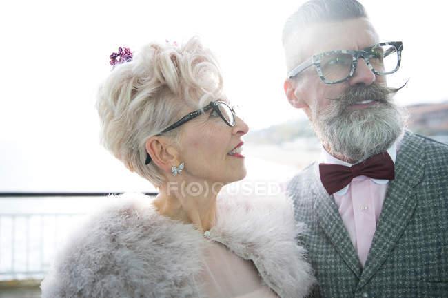 Mature femme regarder copain sur jetée — Photo de stock