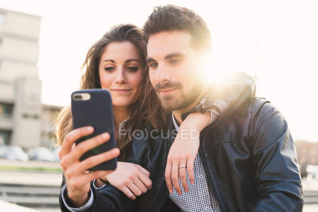 Couple prenant selfie — Photo de stock