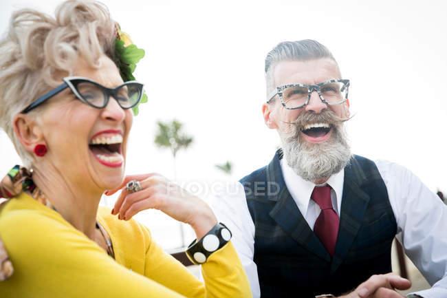 Coppia ridere insieme a costa — Foto stock