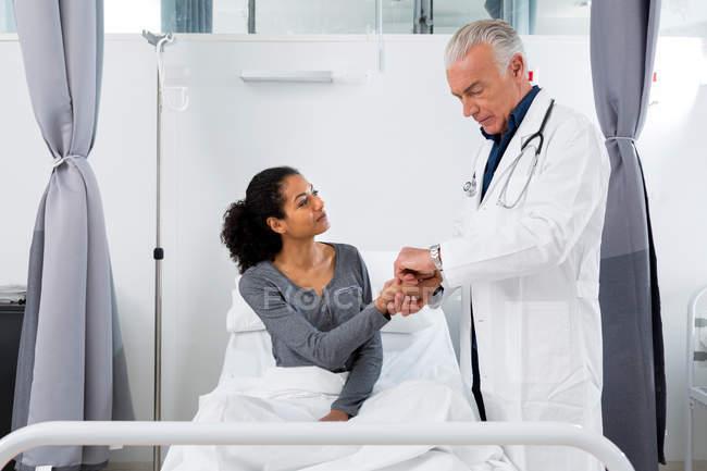 Лікарі, вивчаючи пацієнта — стокове фото