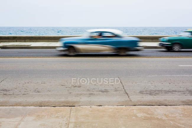 Ретро автомобиль на дороге — стоковое фото