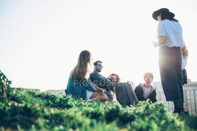 Gruppo di amici seduti insieme — Foto stock