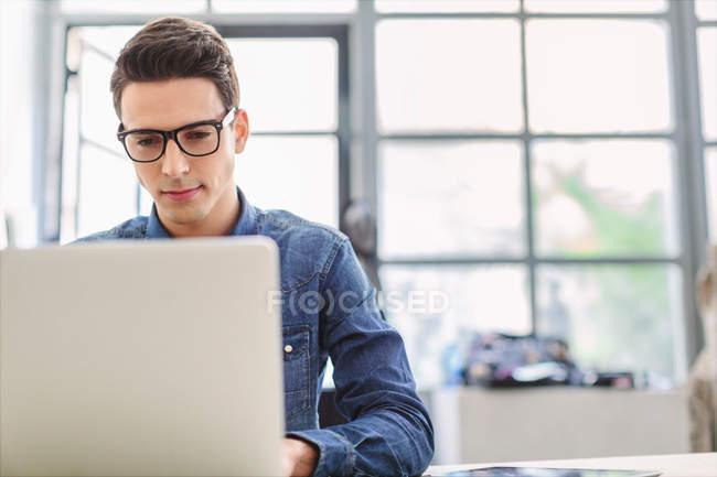 Mann arbeitet am Laptop — Stockfoto