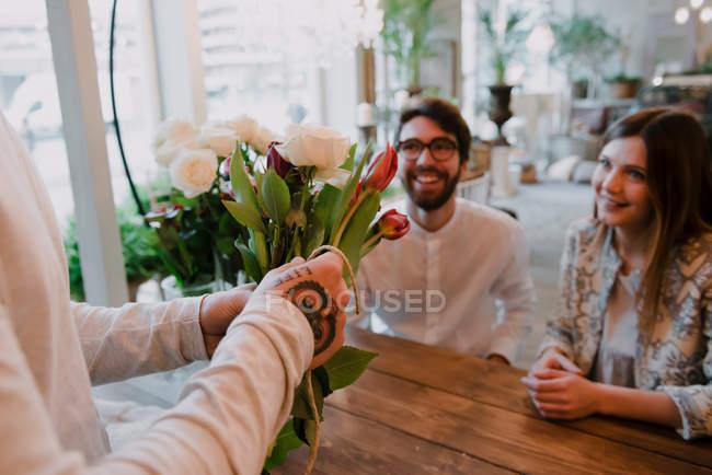 Fleuriste en boutique de fleurs — Photo de stock