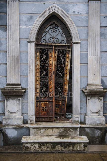 Повреждены двери гробницы в кладбище — стоковое фото