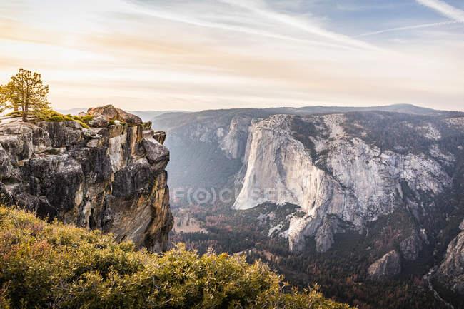 Vue de la vallée en dessous des formations rocheuses — Photo de stock