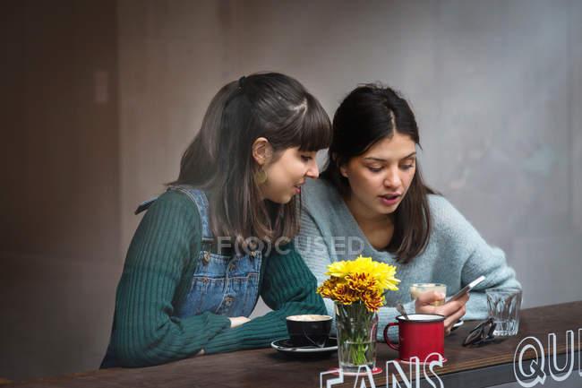 Junge Frauen im café — Stockfoto