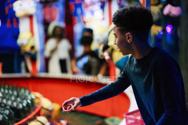 Jeune garçon à la fête foraine — Photo de stock