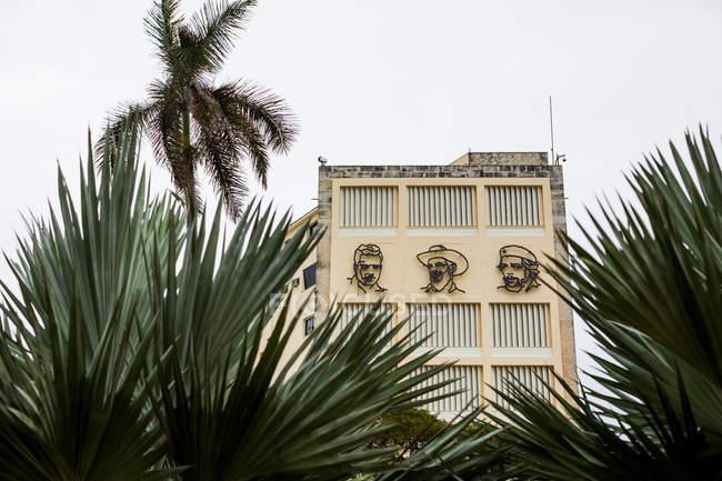Facce di eroi cubani su esterno di un edificio — Foto stock