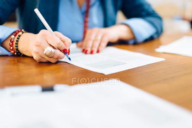 Жінка написання документа — стокове фото