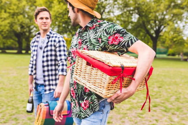 Zwei Männer gehen über Feld — Stockfoto