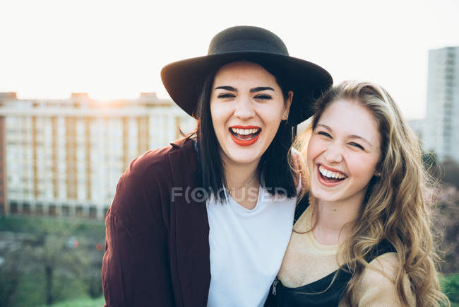 Porträt zweier junger Frauen — Stockfoto