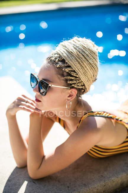Jovem mulher com dreadlocks — Fotografia de Stock