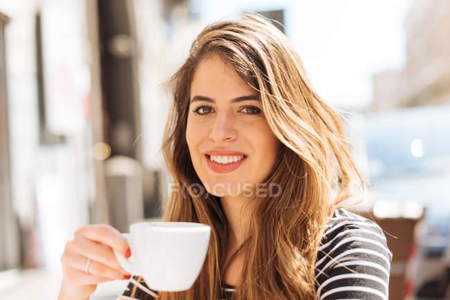 Jovem que gosta de café — Fotografia de Stock