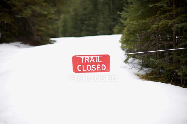 Предупреждающий знак на заснеженном пейзаже — стоковое фото