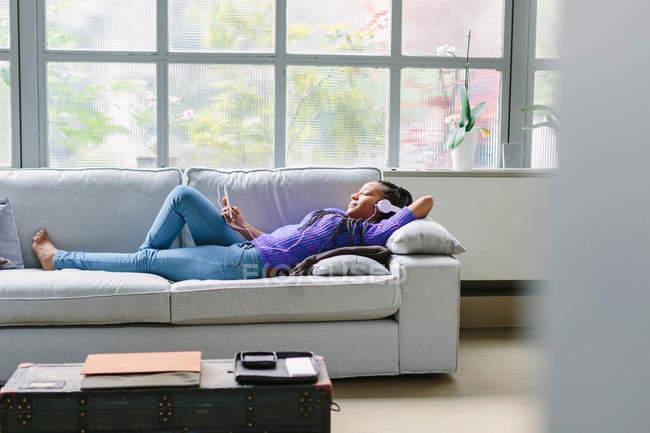 Жінка, лежачи на дивані — стокове фото