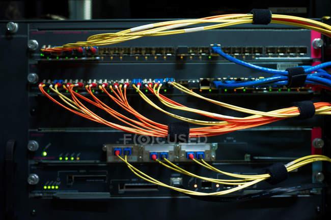 Détail des câbles rouges et jaunes — Photo de stock