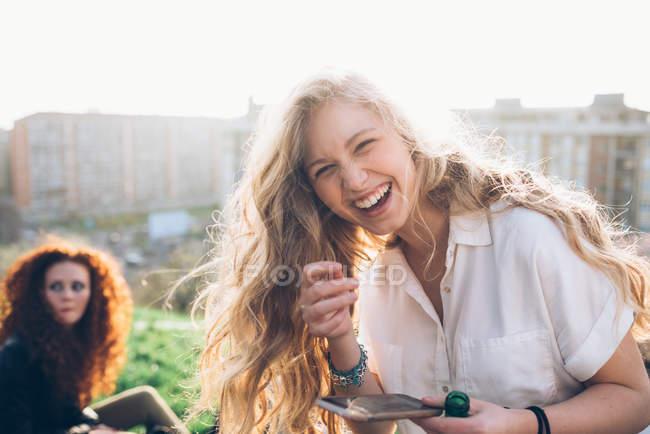 Молодая женщина держит смартфон — стоковое фото
