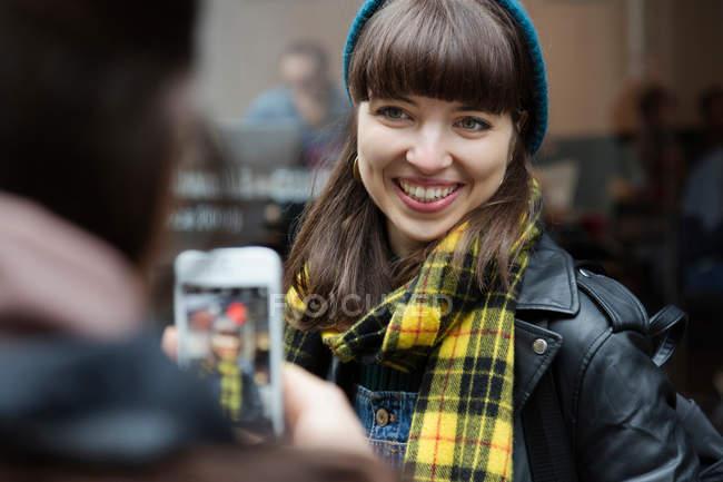 Junge Frau fotografieren bester Freund — Stockfoto