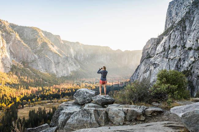 Mulher olhando para o vale — Fotografia de Stock
