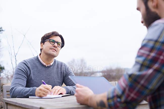 Deux designers masculins ayant une réunion — Photo de stock