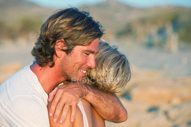 Couple hugging, side view — Stock Photo