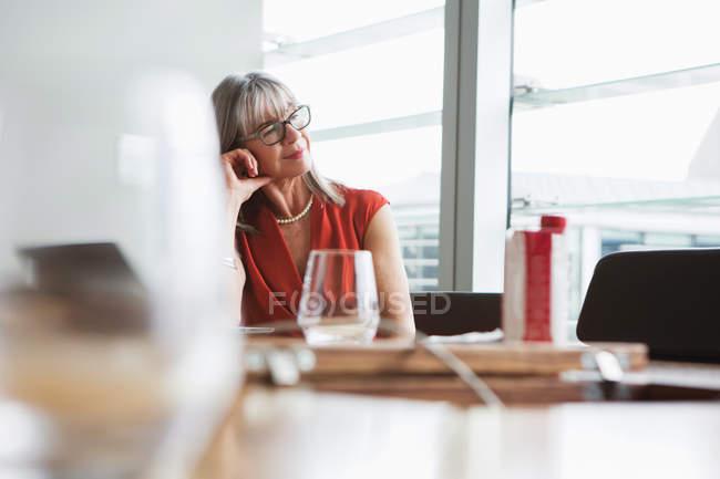 Donna di affari che osserva dalla finestra — Foto stock