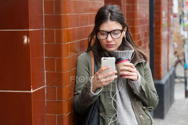 Femme regardant smartphone — Photo de stock