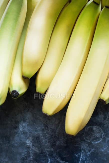 Cacho de bananas em um escuro — Fotografia de Stock