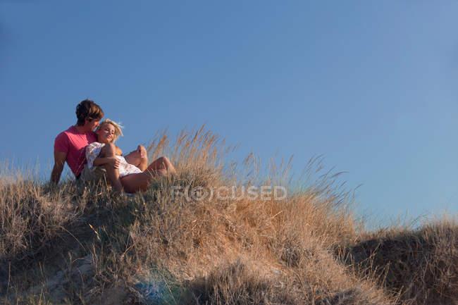 Paar entspannen am Strand — Stockfoto