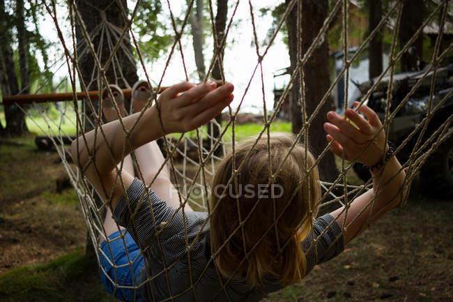 Mulher descansando na rede — Fotografia de Stock