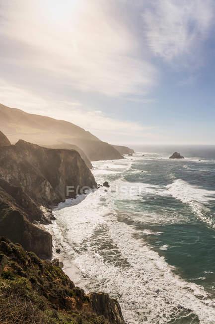 Vista iluminada pelo sol de falésias e mar — Fotografia de Stock