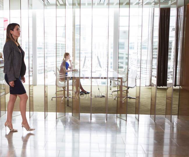 Бізнес-леді роботи в Microsoft office사무실에서 일 하는 경제인 — стокове фото