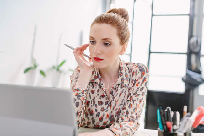 Woman in office using computer — Stock Photo