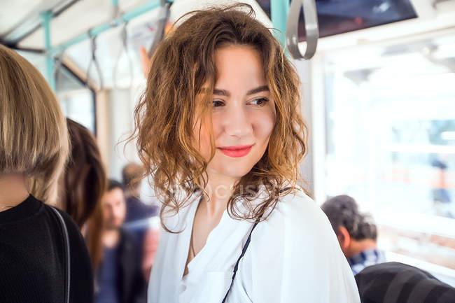 Mulher olhando sobre o ombro no ônibus — Fotografia de Stock
