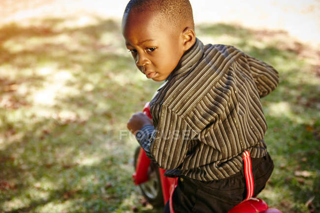 Junge fahren Motorrad — Stockfoto