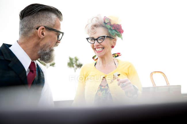 Couple riant de la côte — Photo de stock
