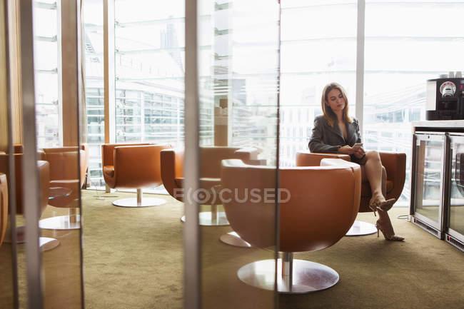 Geschäftsfrau im Kaffeebereich im Büro — Stockfoto