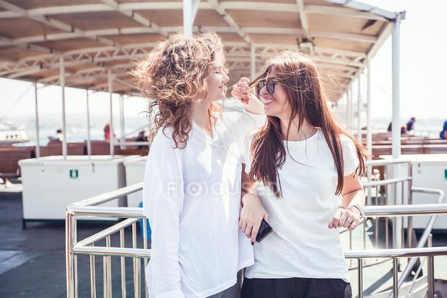 Amigos turísticos en la cubierta del ferry de pasajeros - foto de stock