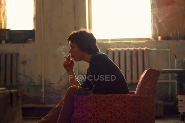 Jeune homme fumant cigarette — Photo de stock
