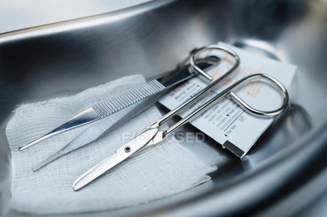 Suture removal kit in kidney dish — Stock Photo