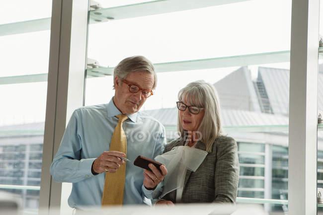 Uomo d'affari e donna d'affari lettura messaggio — Foto stock