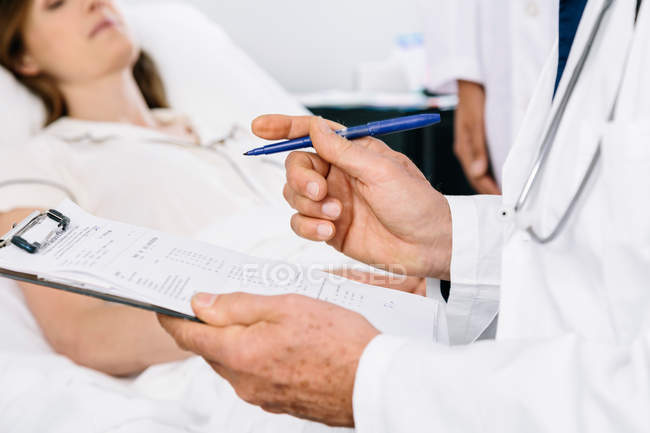 Doctor consulting with patient — Stock Photo