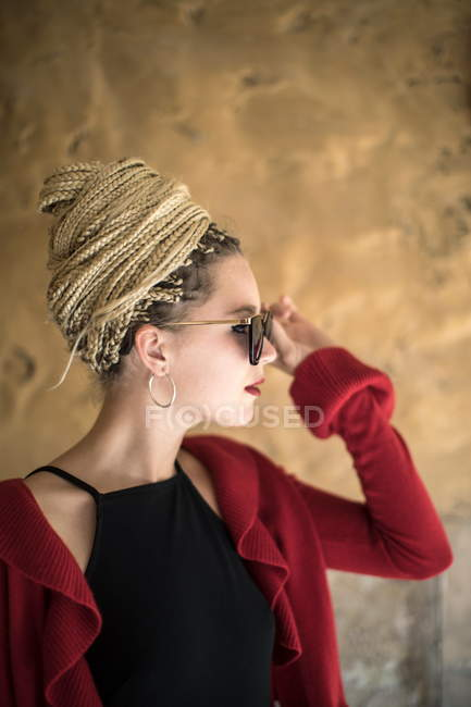 Woman with dreadlocks putting on sunglasses — Stock Photo