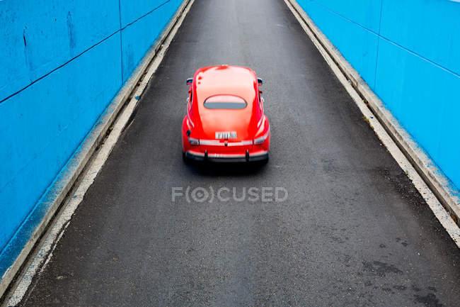 Rote Vintage Auto unterwegs — Stockfoto